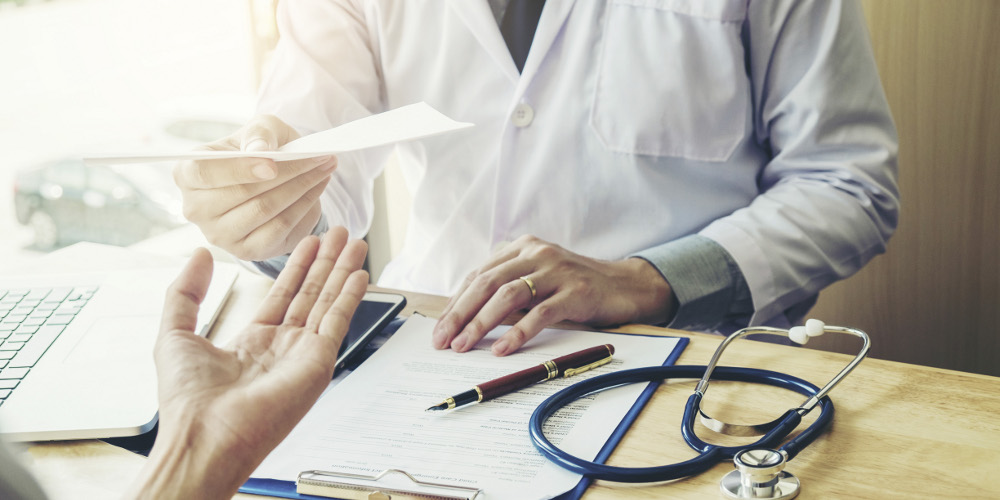 Médecin remet ordonnance