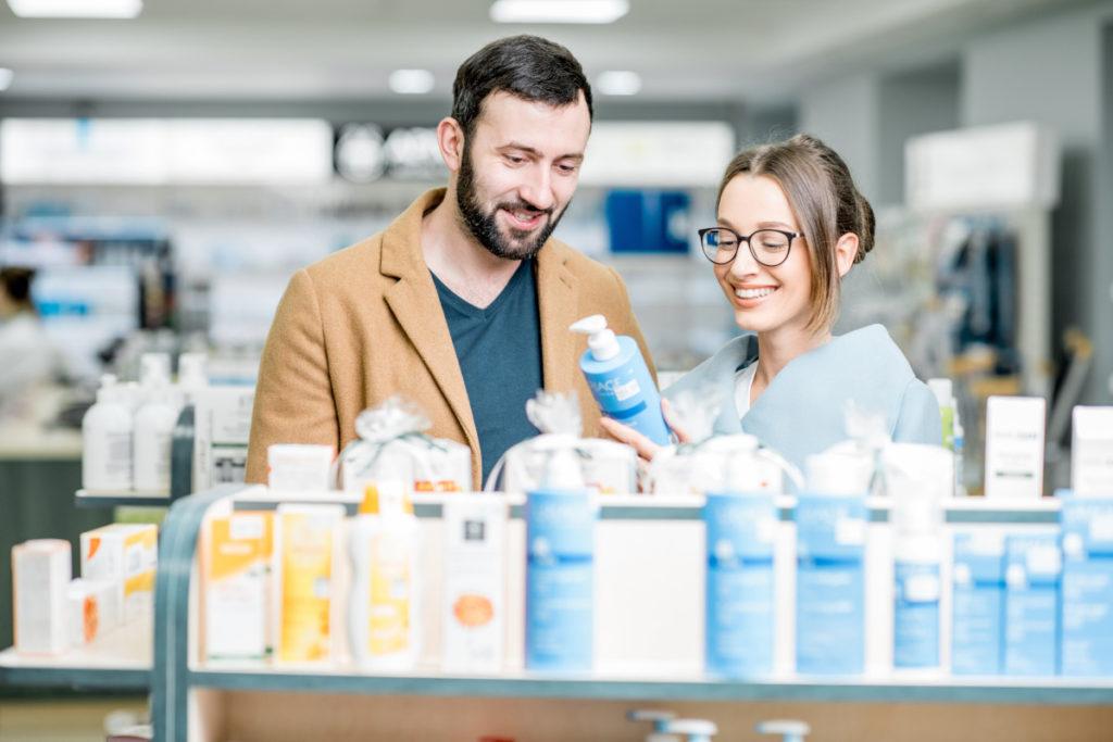 Le pharmacien délivre des conseils d'hygiène de vie quotidienne aux patients.