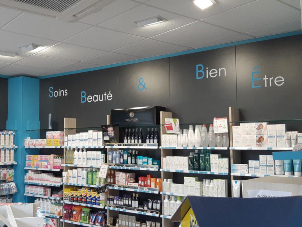 Les hauts de rayon facilitent le repérage en pharmacie.